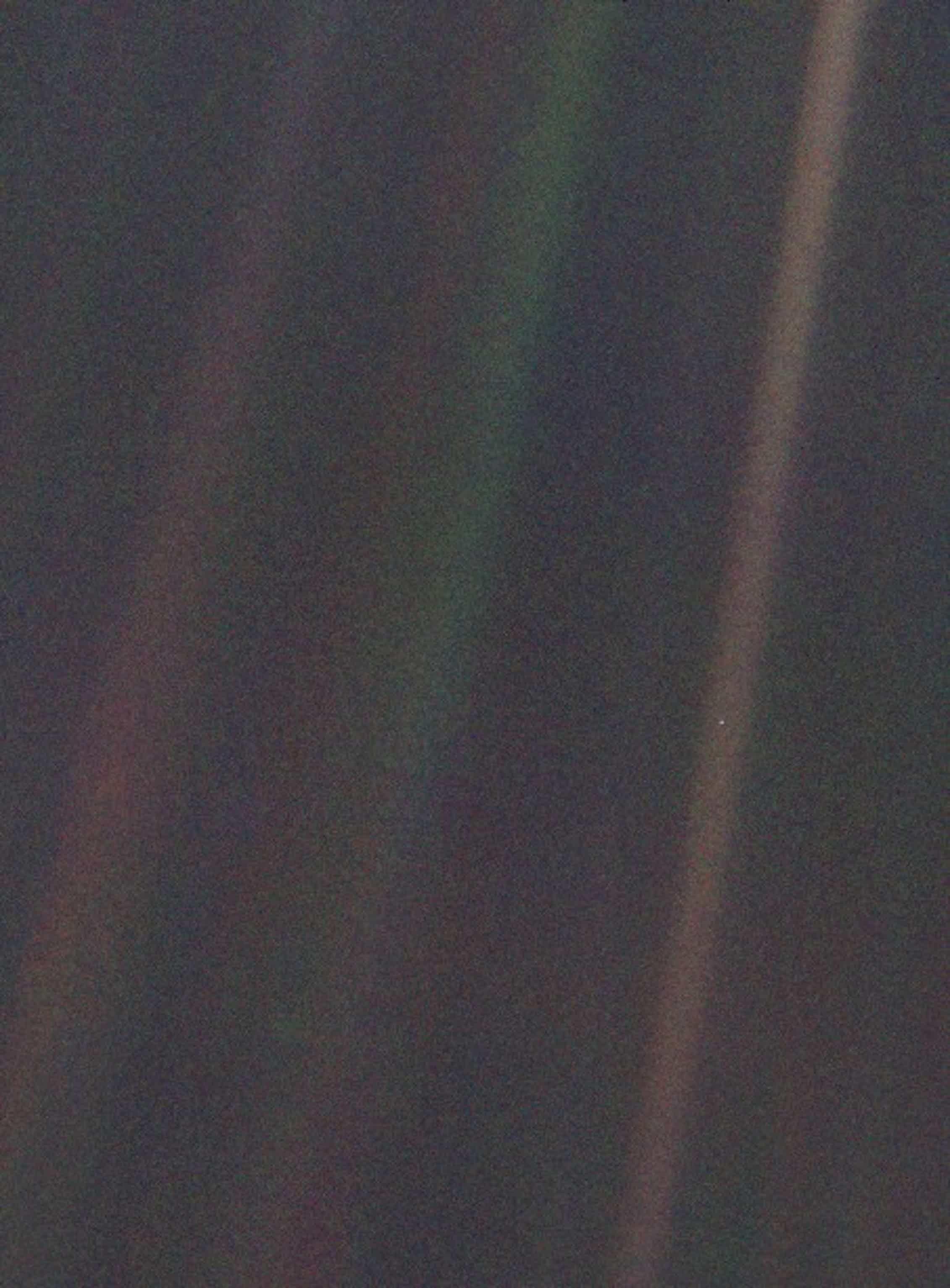 Imagen denominadaPale Blue DotPuede observarse la Tierra como un punto de luz entre blanco y azulado situado en la franja marrón de más a la derecha de la imagen. La fotografía fue tomada a una distancia de 6000 millones de kilómetros de la Tierra por la Voyager 1 en 1990.Wikimedia Commons / Jet Propulsion Laboratory, NASA