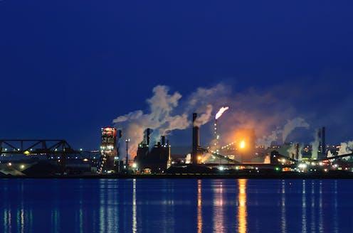 Une usine au bord d'un lac.