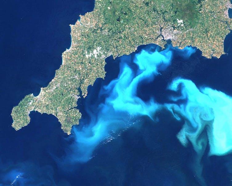Citra satelit yang menggambarkan biru cerah di lepas pantai barat daya Inggris.