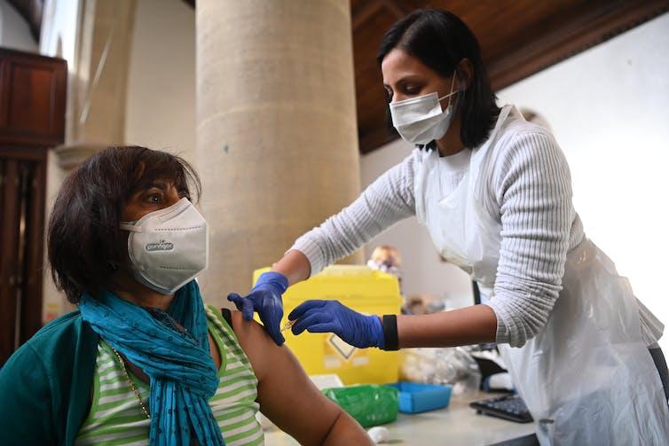 Una mujer siendo vacunada