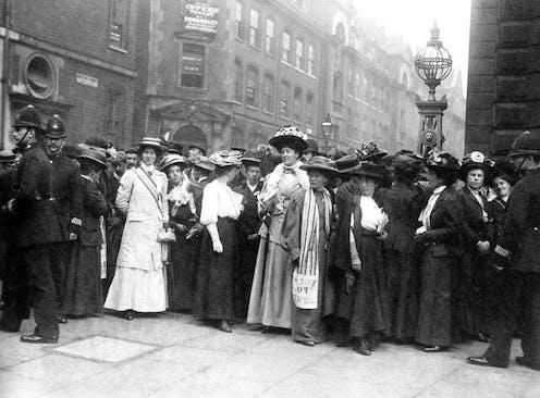 El Parlamento británico tardó cien años en revisar las penas a las sufragistas que exigían en la calle el derecho al voto para las mujeres. Wikimedia Commons