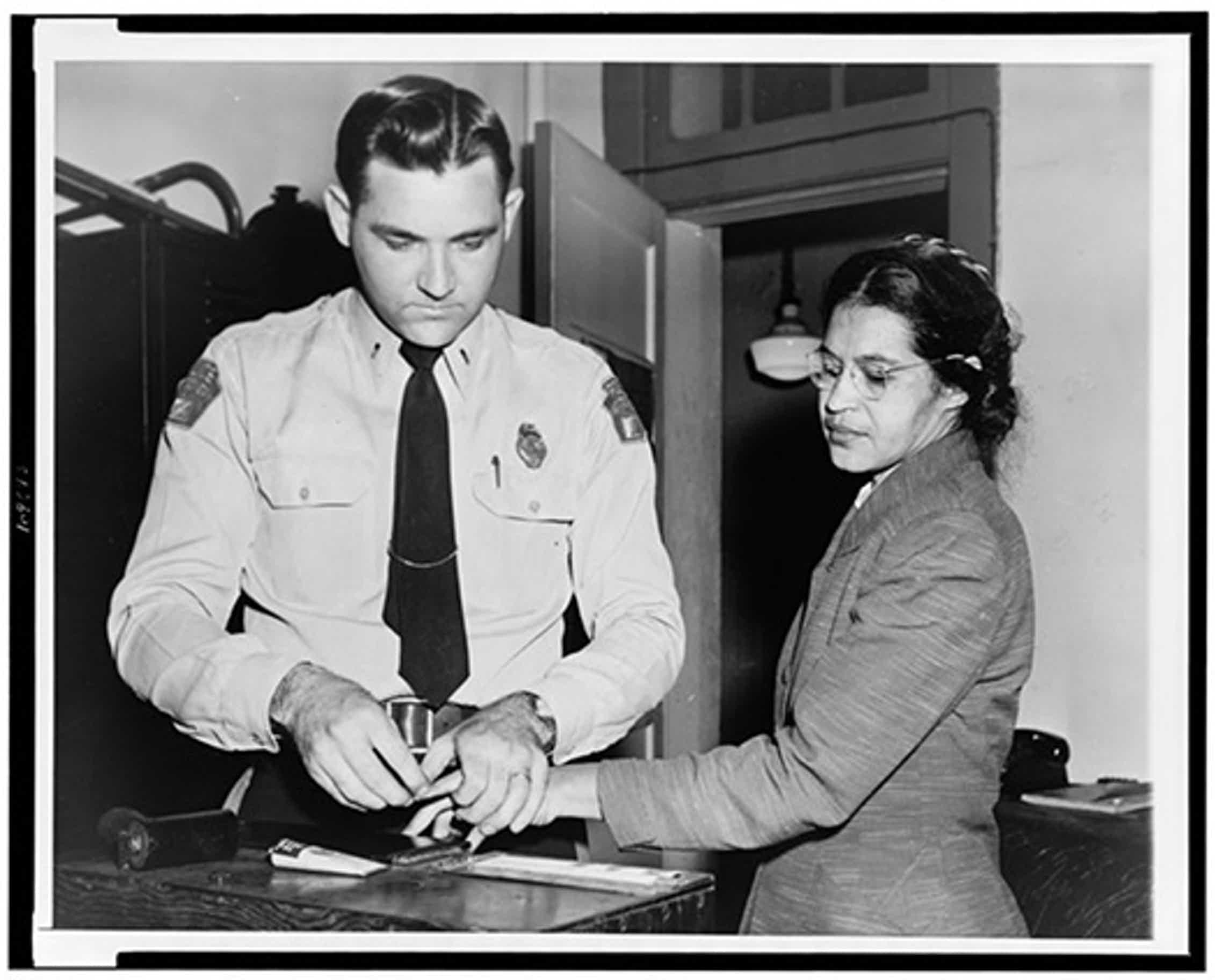 Un policía toma las huellas a Rosa Parks al ser detenida tras su negativa a trasladarse a la parte trasera de un autobús en Montgomery, Alabama, en 1956.Library of Congress