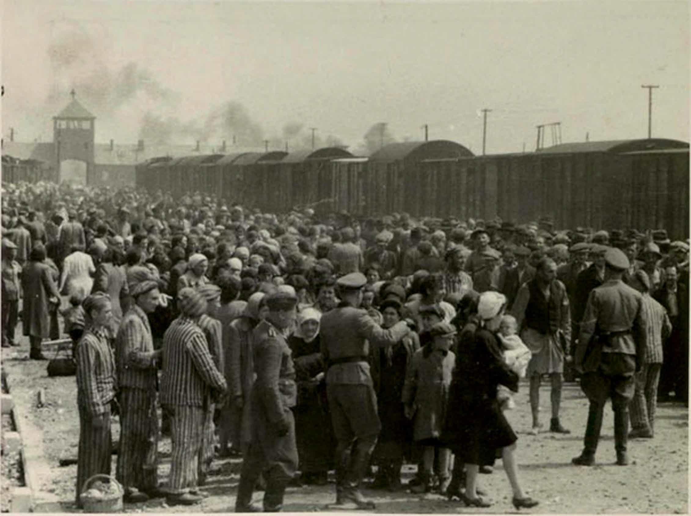 Selección de presos en Auschwitz II-Birkenau (mayo-junio de 1944). Los que se enviaban a la derecha eran asignados a trabajos forzados, los de la izquierda iban a las cámaras de gas.Wikimedia Commons