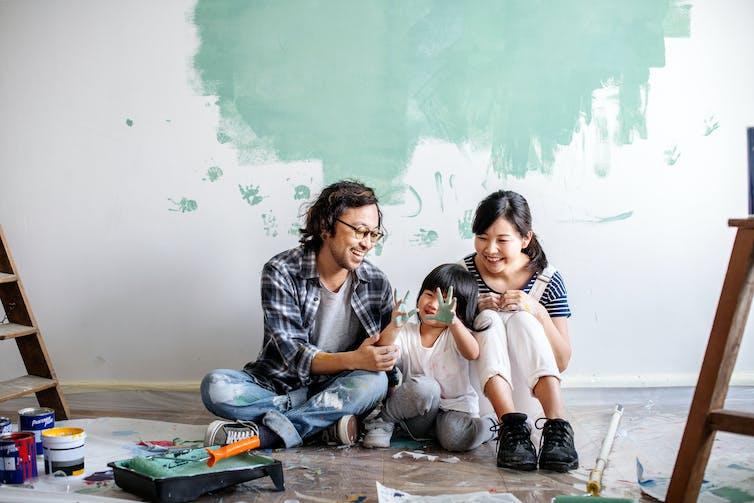 Famille de trois personnes faisant une rénovation