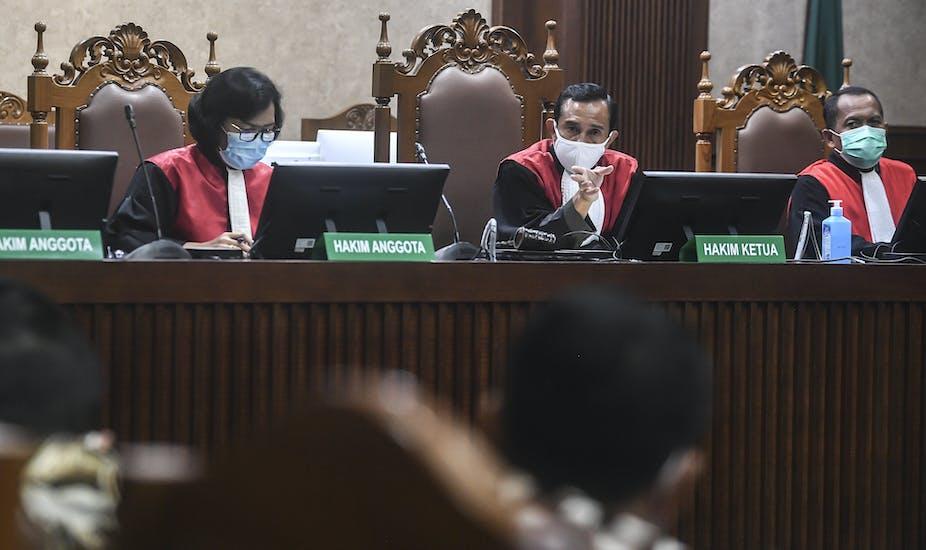 Hakim memimpin sebuah sidang di Pengadilan Negeri Jakarta Selatan, Jakarta.