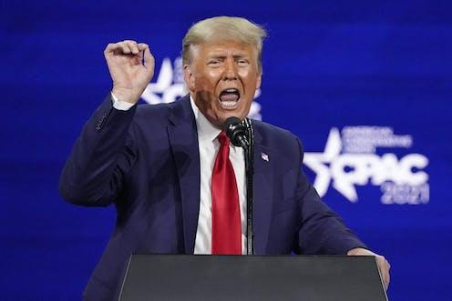 Donald Trump, la main levée