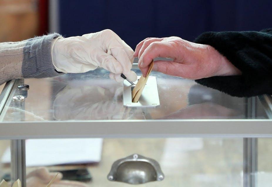 Vote d'un électeur au Touquet lors des élections municipales de 2020
