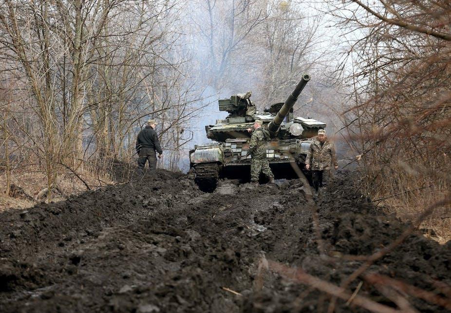 Des militaires ukrainiens en patrouille près de la région de Lougansk, contrôlée par les séparatistes, le 7 avril 2021.