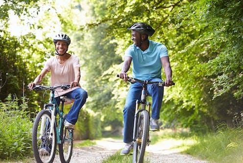 Deux cyclistes dans un chemin forestier