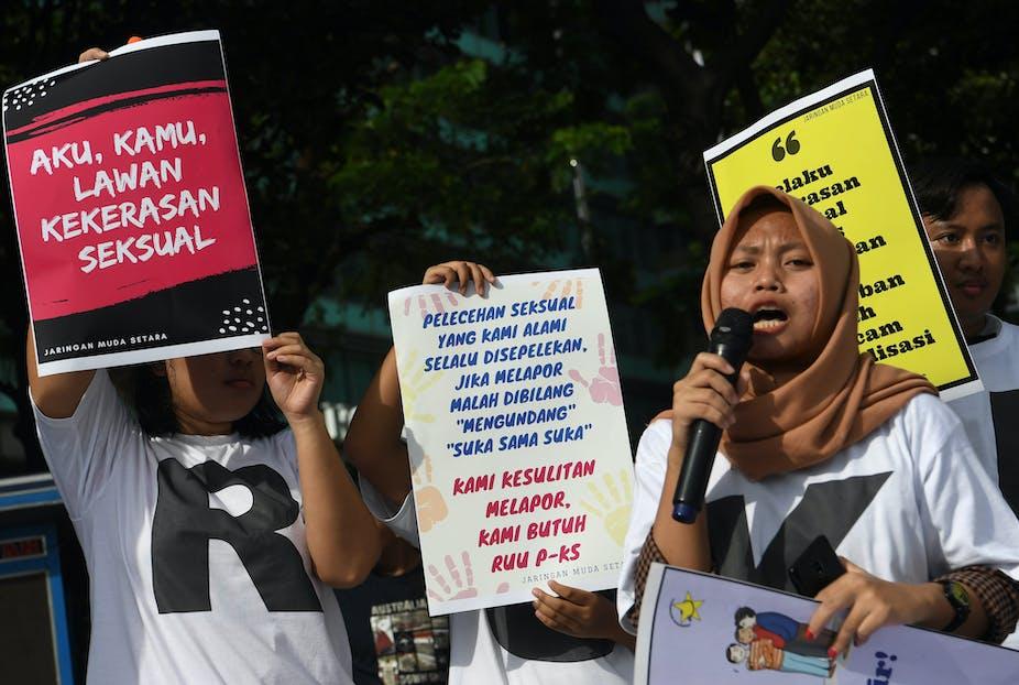 Sejumlah anak muda melakukan membawa poster mendukung RUU PKS di Jakarta.