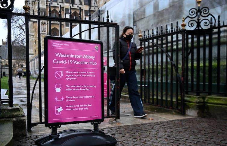 Une femme quitte un centre de vaccination à Westminster