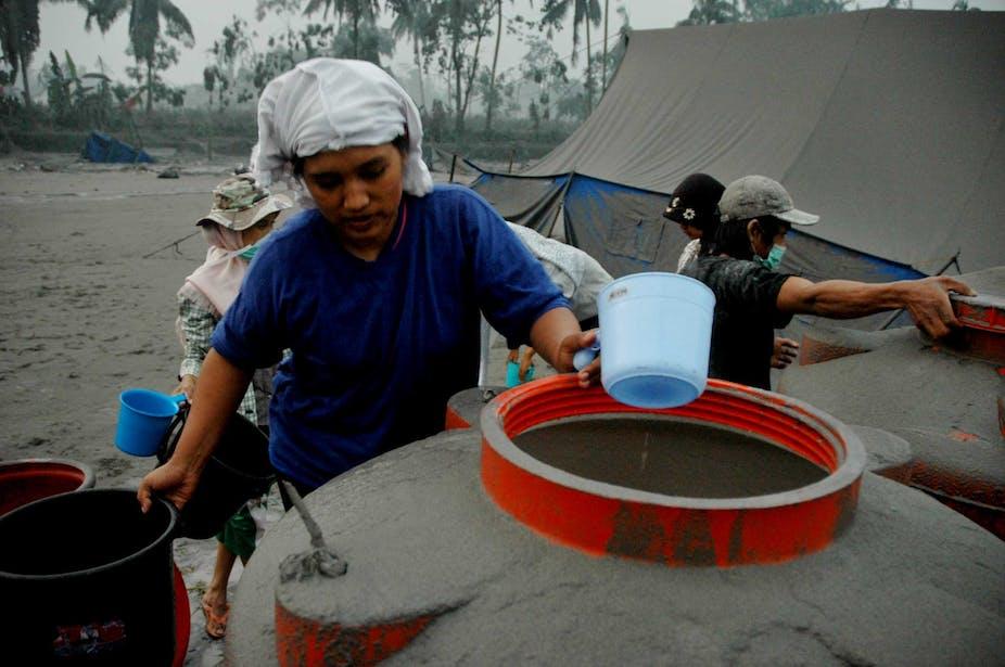 Sejumlah perempuan ikut mengambil air bersih di pengungsian bencana merapi di Muntilan, Magelang, pada 2010.
