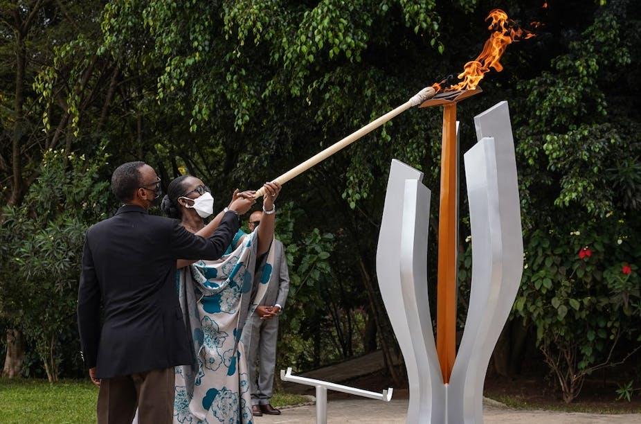 Le président rwandais Paul Kagame et la première dame Jeannette Kagame allument une flamme commémorative pour la 27e commémoration du génocide de 1994 au Mémorial du génocide de Kigali, à Kigali, au Rwanda, le 7 avril 2021.