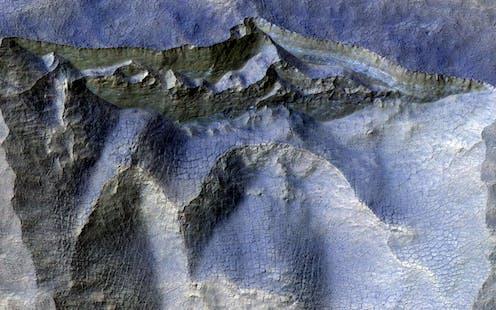 Falaises dans de la glace ancienne sur Mars