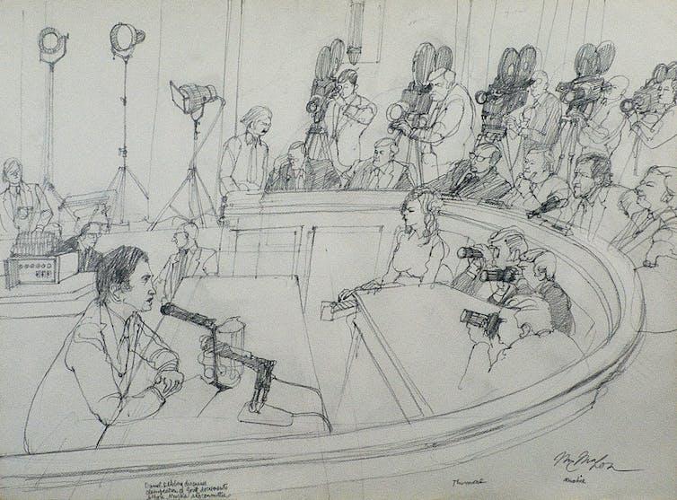 Un boceto de Daniel Ellsberg testificando frente a cámaras y políticos.
