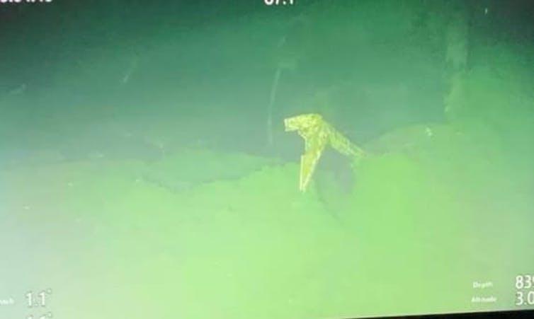 Puing kapal selam di dasar laut