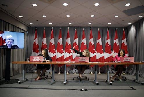 Chrystia Freeland entourée de drapeaux canadiens