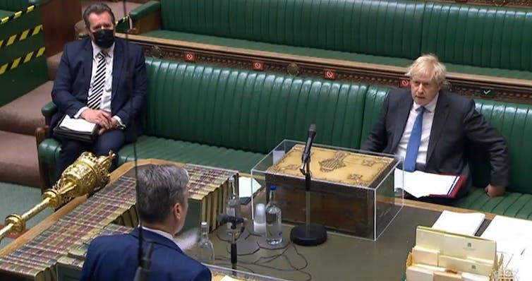 Boris Johnson a l'air en colère contre Keir Starmer alors qu'ils sont assis l'un en face de l'autre pendant les questions du Premier ministre.