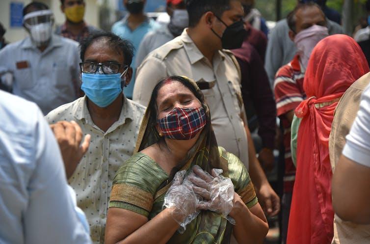 Miembros de la familia fuera de un depósito de cadáveres en Nueva Delhi.