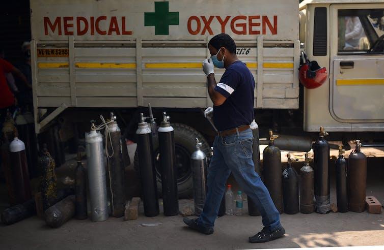 Cilindros de oxígeno a la espera de ser llenados en Nueva Delhi.