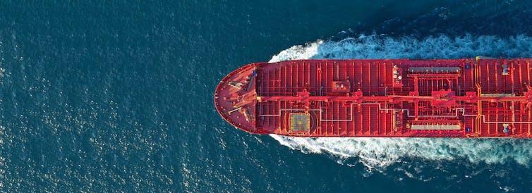Vista cenital de la proa de un barco petrolero.