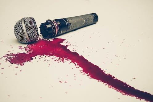 micrófono roto y ensangrentado.
