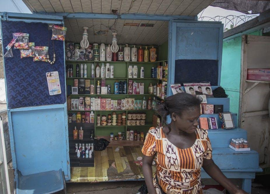 Une boutique vend des produits d'éclaircissement de la peau à Accra, le 3 juillet 2018.