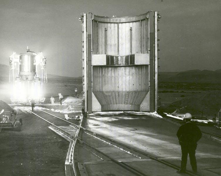 Image d'un moteur de fusée nucléaire transporté sur un banc d'essai à Jackass Flats, Nevada, en 1967.
