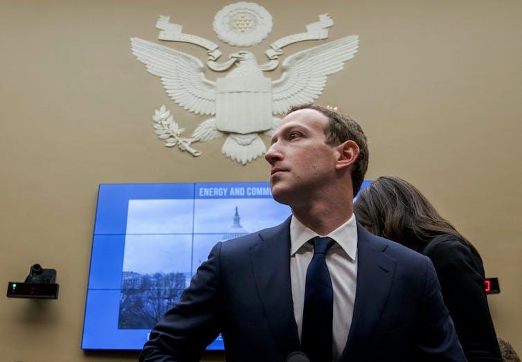 O CEO do Facebook, Mark Zuckerberg, olha para a direita durante uma audiência no Capitólio em 2019