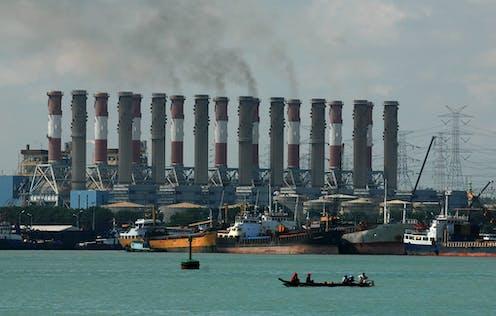 Puluhan pipa Pembangkit Listrik Tenaga Uap (PLTU) di lepas pantai.
