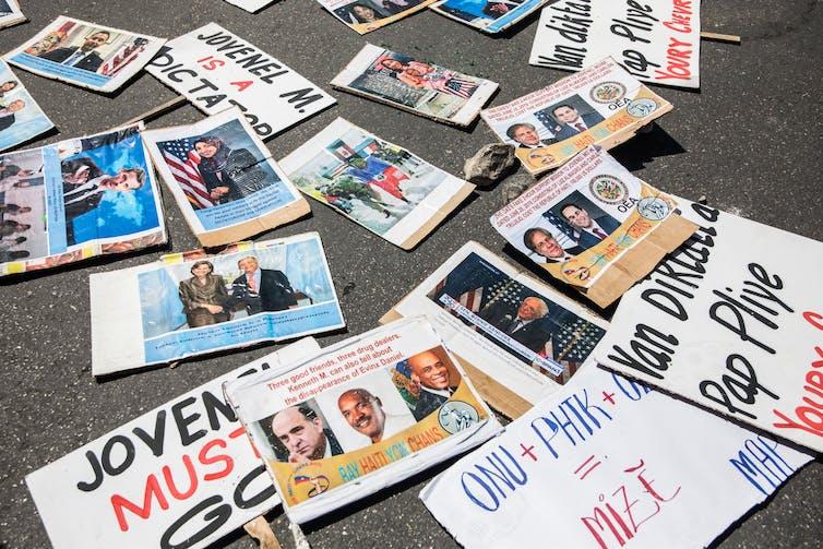 Segnali di protesta visti a terra che dicono