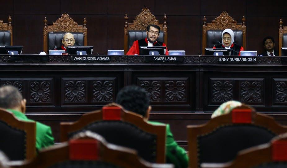 Tiga orang hakim memimpin sidang