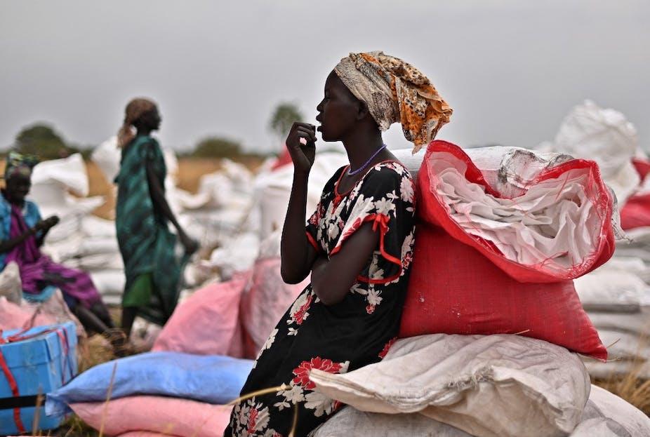 Des villageois récupèrent des sacs d'aide alimentaire au Sud-Soudan