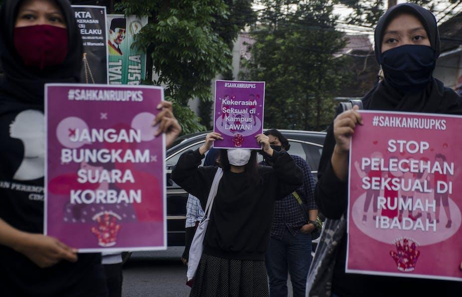 Tiga perempuan membawa poster mendukung RUU PKS