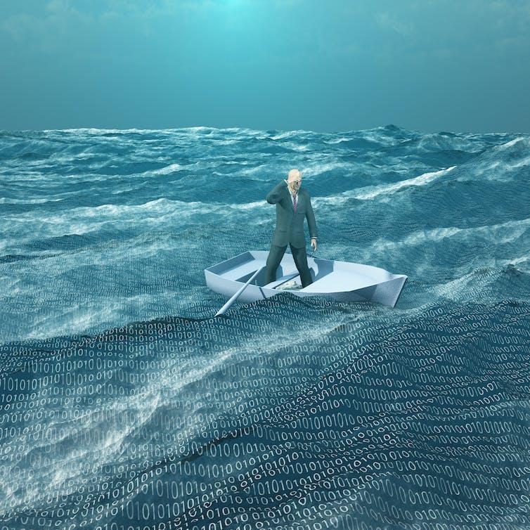 Un hombre con traje de pie en un bote de remos en un mar lleno de símbolos binarios.