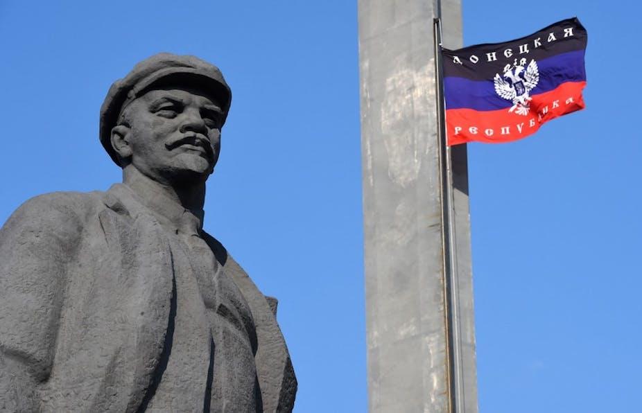 Statue de Lénine et drapeau de la République populaire de Donetsk