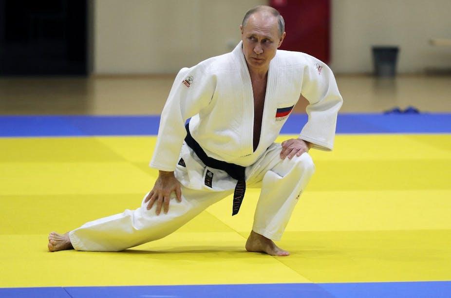Vladimir Poutine participe à une séance d'entraînement avec les membres de l'équipe nationale russe de judo à Sotchi, le 14 février 2019.