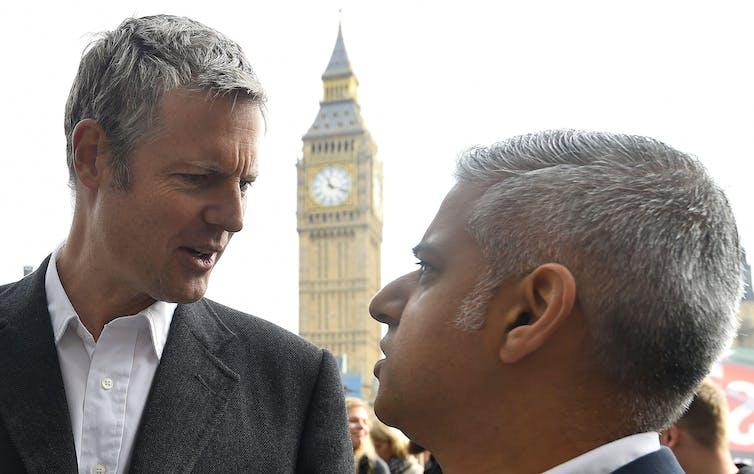 Zac Goldsmith et Sadiq Khan se regardent devant le palais de Westminster.