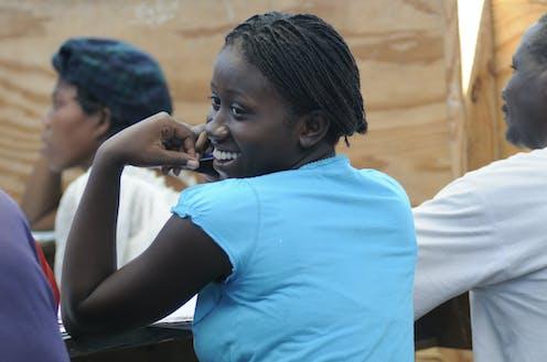 Adolescente souriante en Haïti