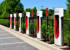 Estación de recarga con supercargadores de Tesla
