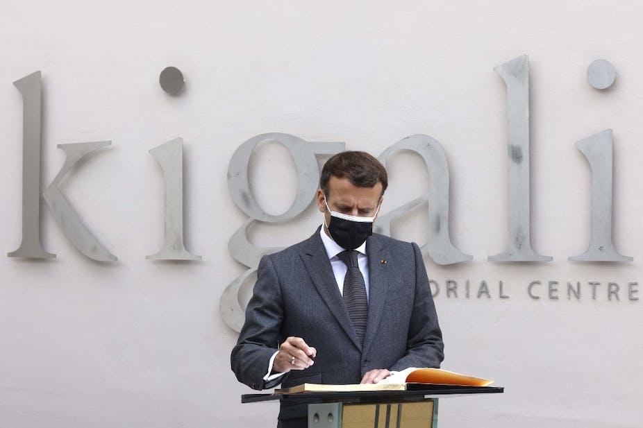 Emmanuel Macron signe le livre d'or du Mémorial de Kigali, le 27 mai 2021.