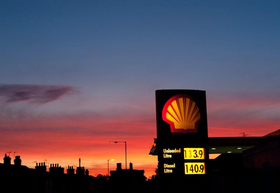 Pom bensin Shell saat senja.