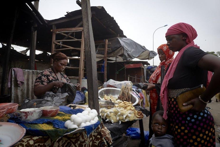 Des personnes sur un marche à Bamako