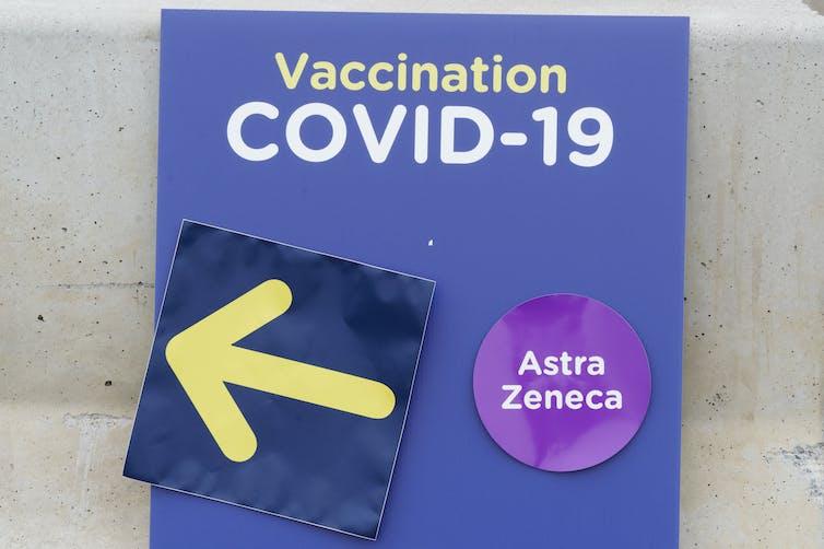 Un pancarte affichant le nom d'AstraZeneca dans une clinique