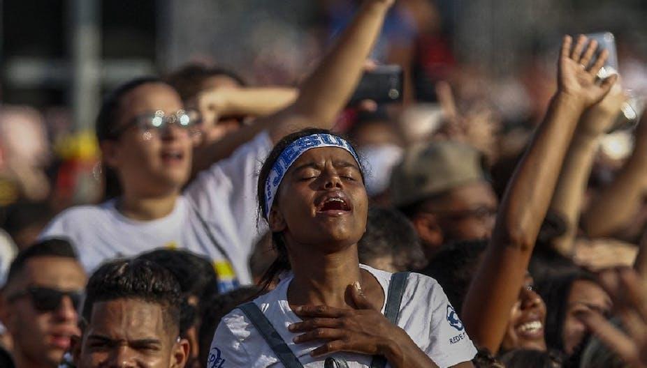 """Une femme participe à un rallye de congrégations évangéliques, la """"Marche pour Jésus"""", à Sao Paulo, le 20 juin 2019."""