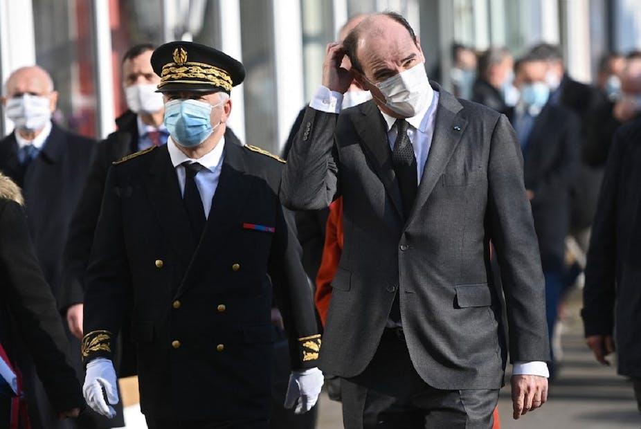 Jean Castex et le préfet de la Nièvre, Daniel Barnier, lors de la présentation d'un plan d'investissement dans le système de santé, à Cosne-Cours-sur-Loire le 9 mars 2021.