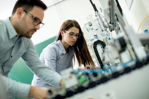 Una pareja de jóvenes investigadores en un laboratorio.