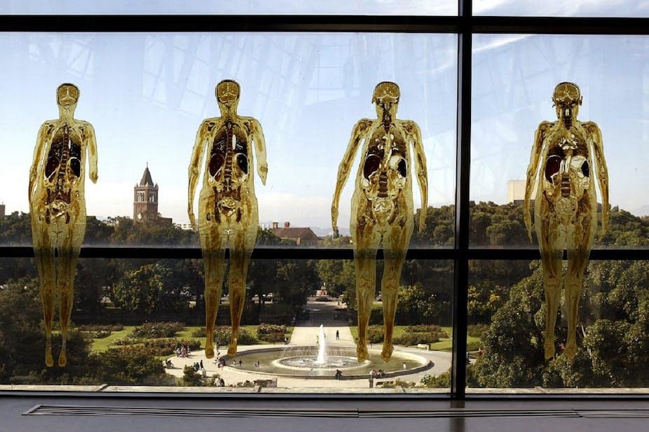 4 corps se découpent sur une fenêtre et un paysage.