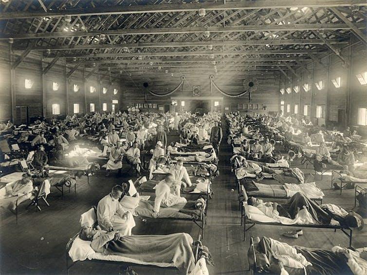 Una sala de enfermos de gripe en la cama.