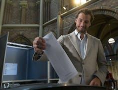 Thierry Baudet casts a ballot.